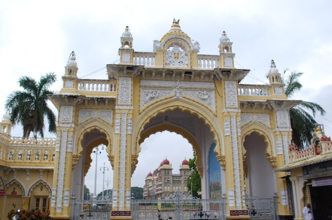 palace-thru-gate